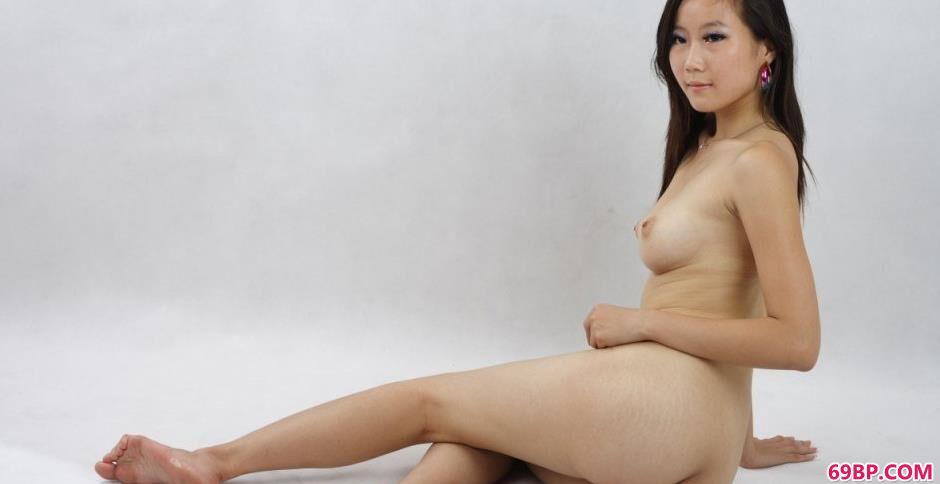 妹子琳达室拍清纯人体