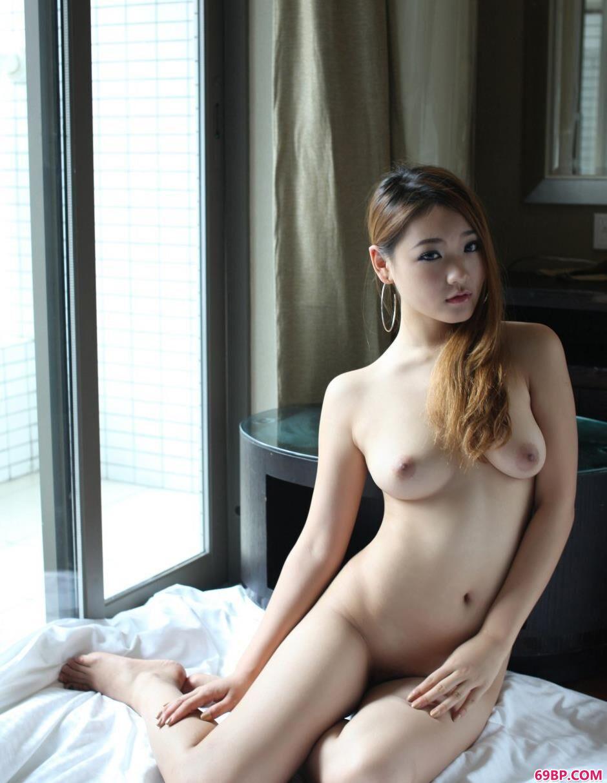 张筱雨人体艺术渴望_超模雅丝宾馆里的清纯人体