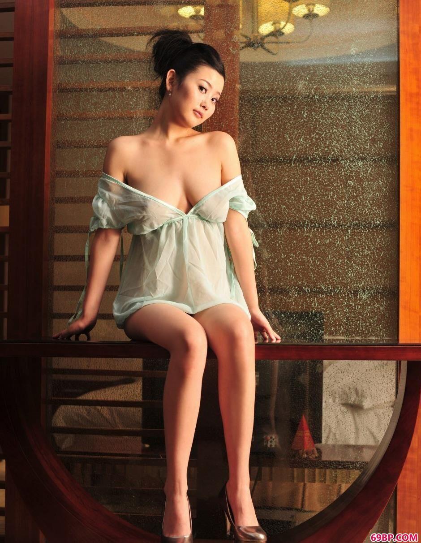 室内超级丰腴名模丫头人体图片