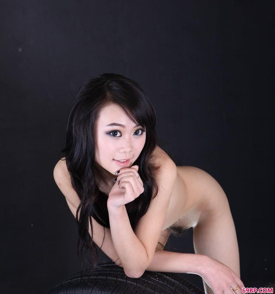 超模栗子汽车厂里的轮胎人体2_薛婧《闺魅》大全