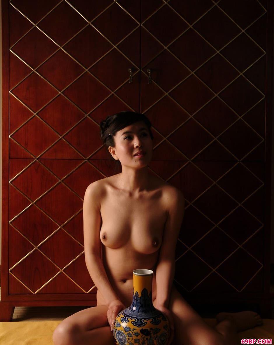 靓女天虹室内与青花瓷瓶合影_欧美人体艺术图片