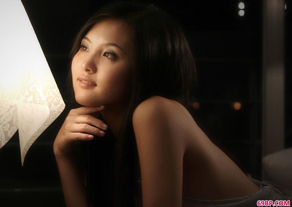 名模湘湘房间地毯上的抚媚人体,37欧美人体艺术图片