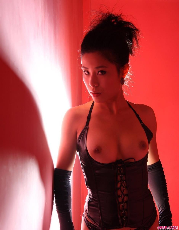 尼卡红房子里的光影SM人体_喷了一床白浆15P