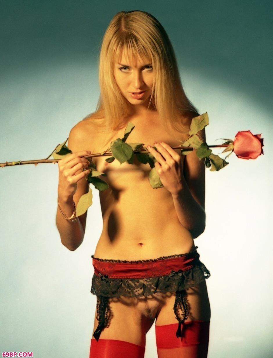 超模Tanya室拍玫瑰花人体