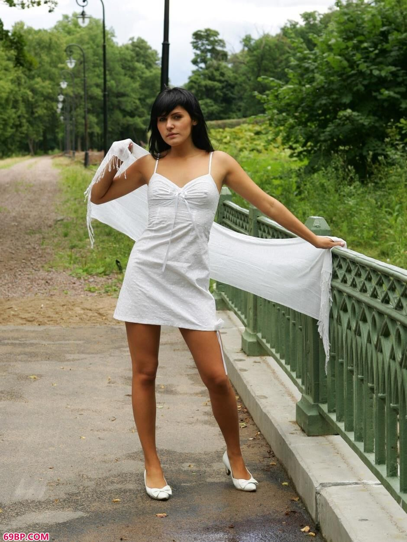 汤芳写真_美人安娜Anna森林小路上的撩人美体