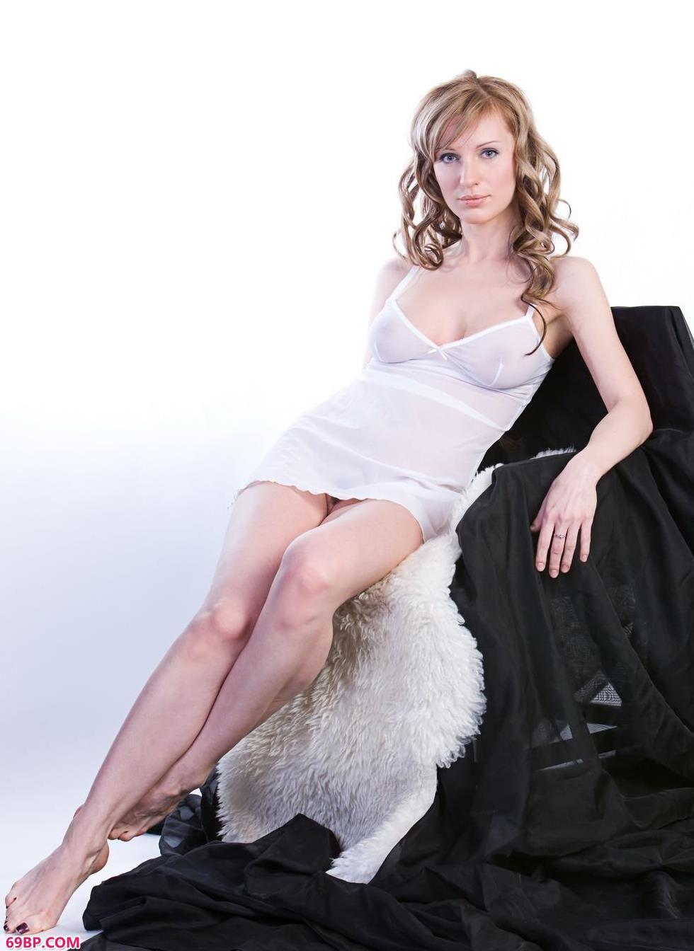 最大胆美女人体图片_名模Olga室拍丰润人体