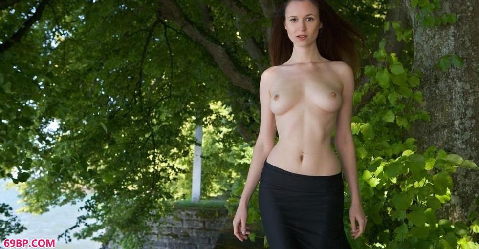 嫩模Anna公园里的性感人体_熟女少妇人妻中文字幕
