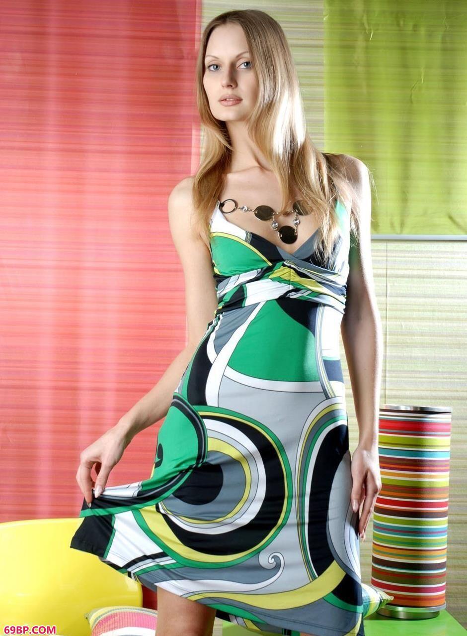 人体艺术西_超模Elva房间内的彩色美体
