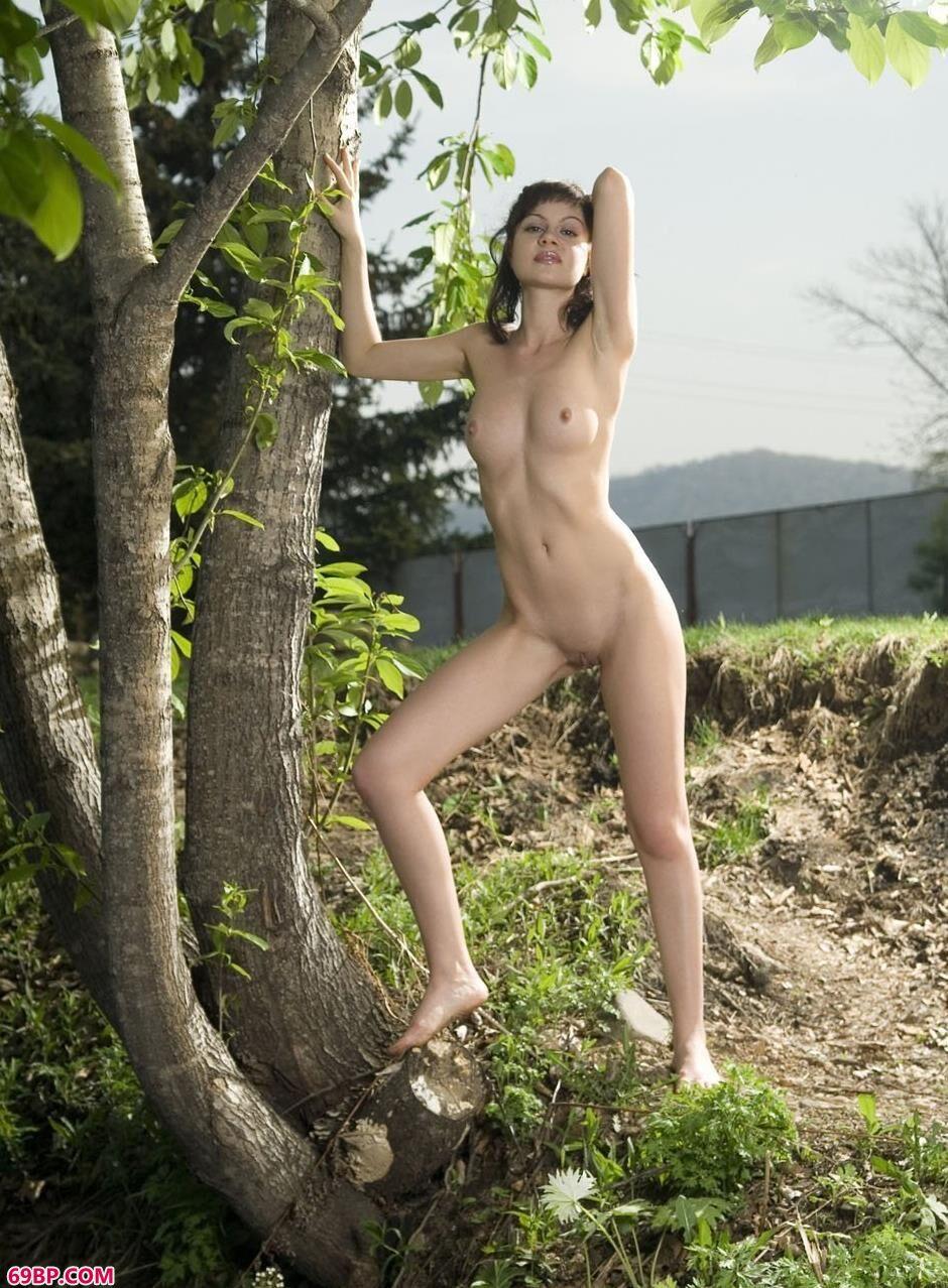 名模Vicky厂区外小树下的性感人体1_外国老太和小伙XX