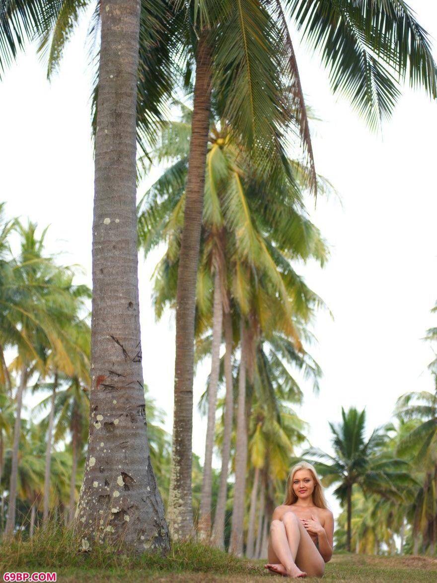 椰子树下草坪上舞动的莫妮卡2_边摸边吃奶边做爽动态