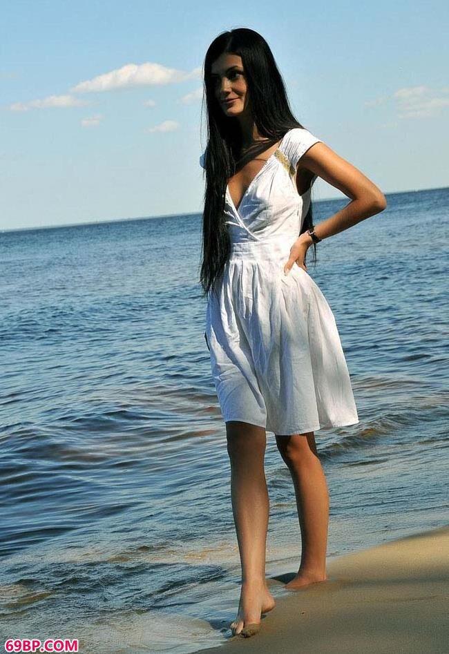 湖畔的修长美模_人体写真图片