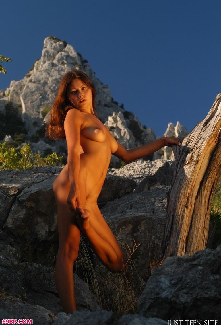 山顶攀爬的嫩模_胸器的诱惑